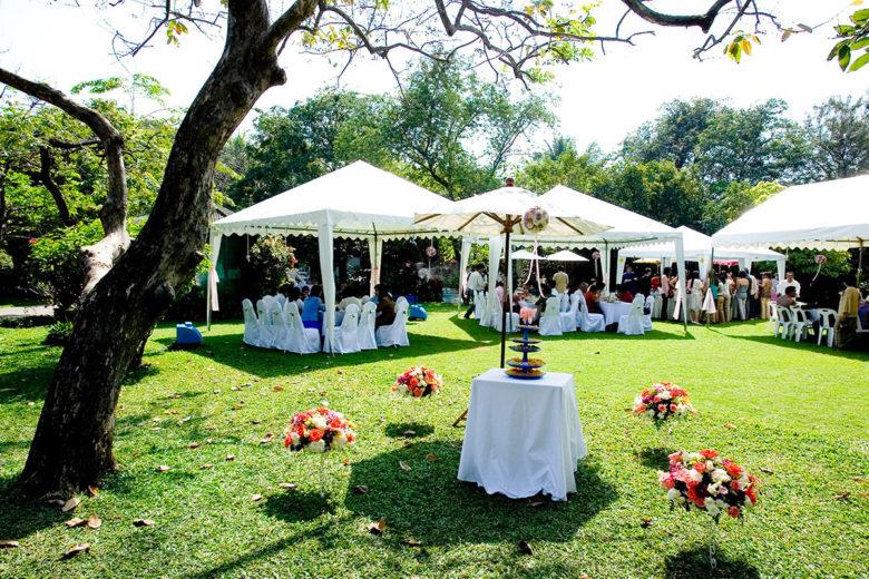 Свадебный банкетный стол в шатре