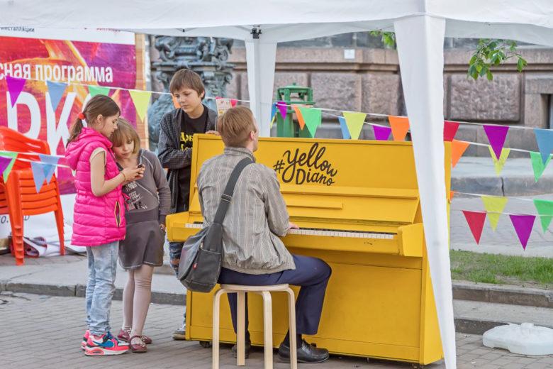 желтое пианино в Перми